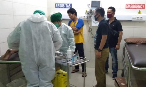 Petugas medis saat merawat tersangka begal yang ditangkap lagi usai bebas asimilasi. Foto: Istimewa