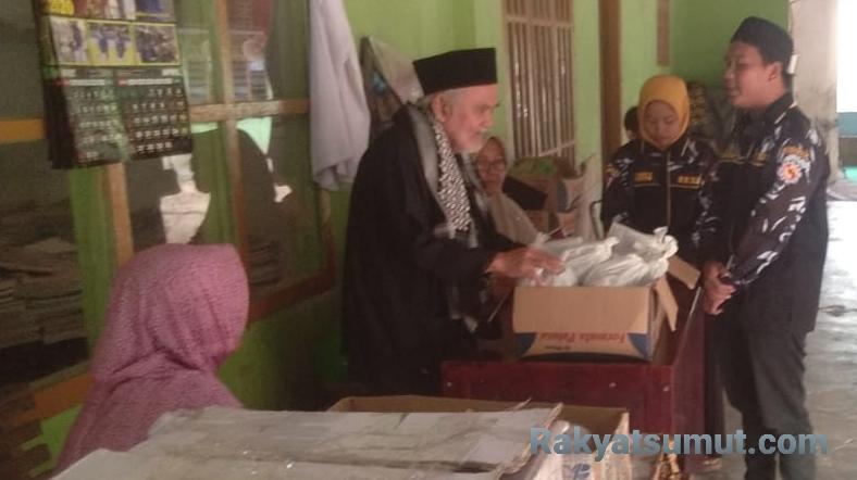 Penyerahan takjil gratis oleh DPD Satma AMPI Paluta di Pondok Pesantren Napabarbaran. Foto: Rakyatsumut.com/ Rifai Dalimunthe