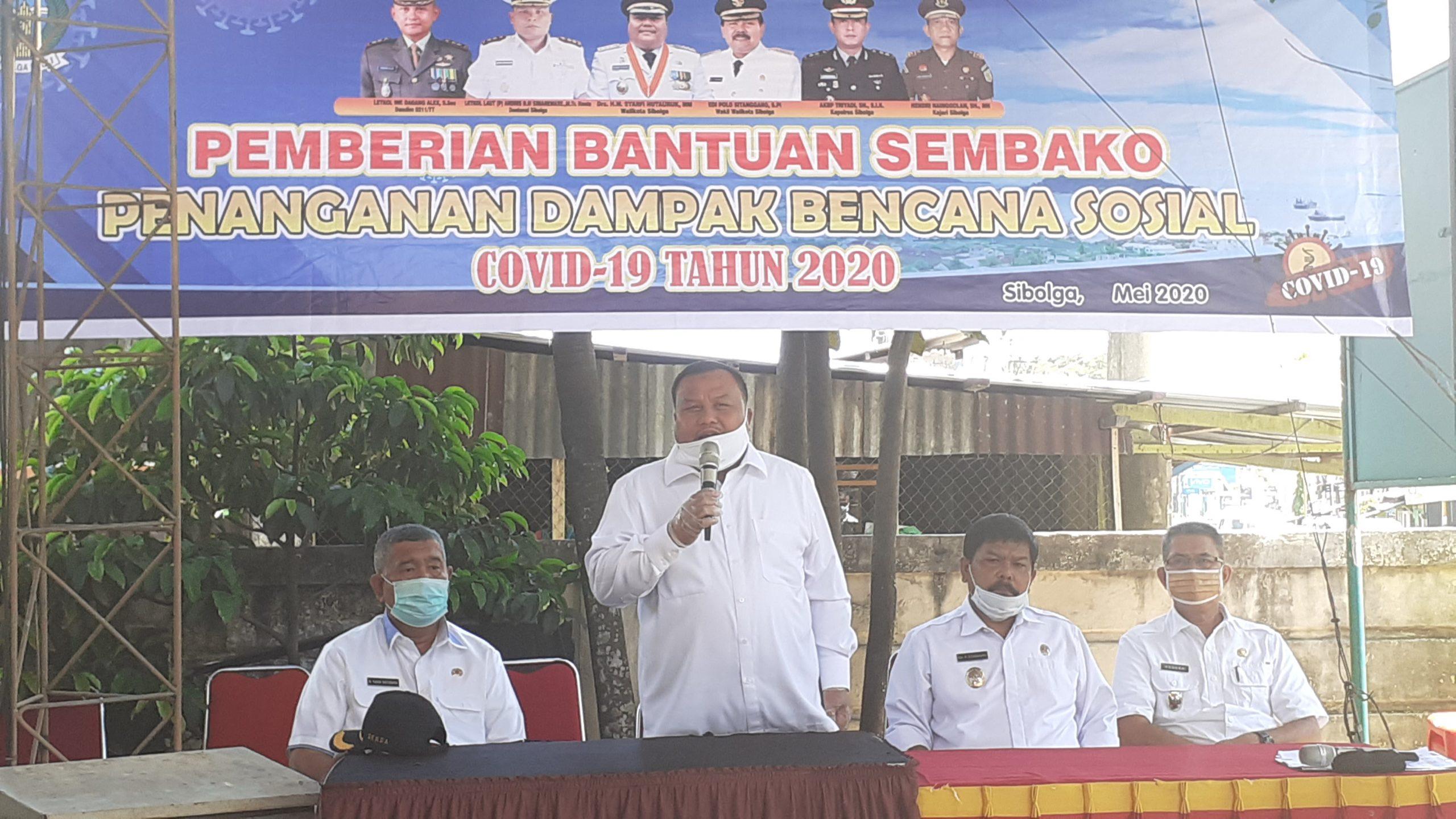 Wali Kota Sibolga HM Syarfi Hutauruk saat menyampaikan sambutan pada acara pembagian bantuan sembako bagi warga terdampak Covid-19. Rakyatsumut.com/ Mirwan Tanjung