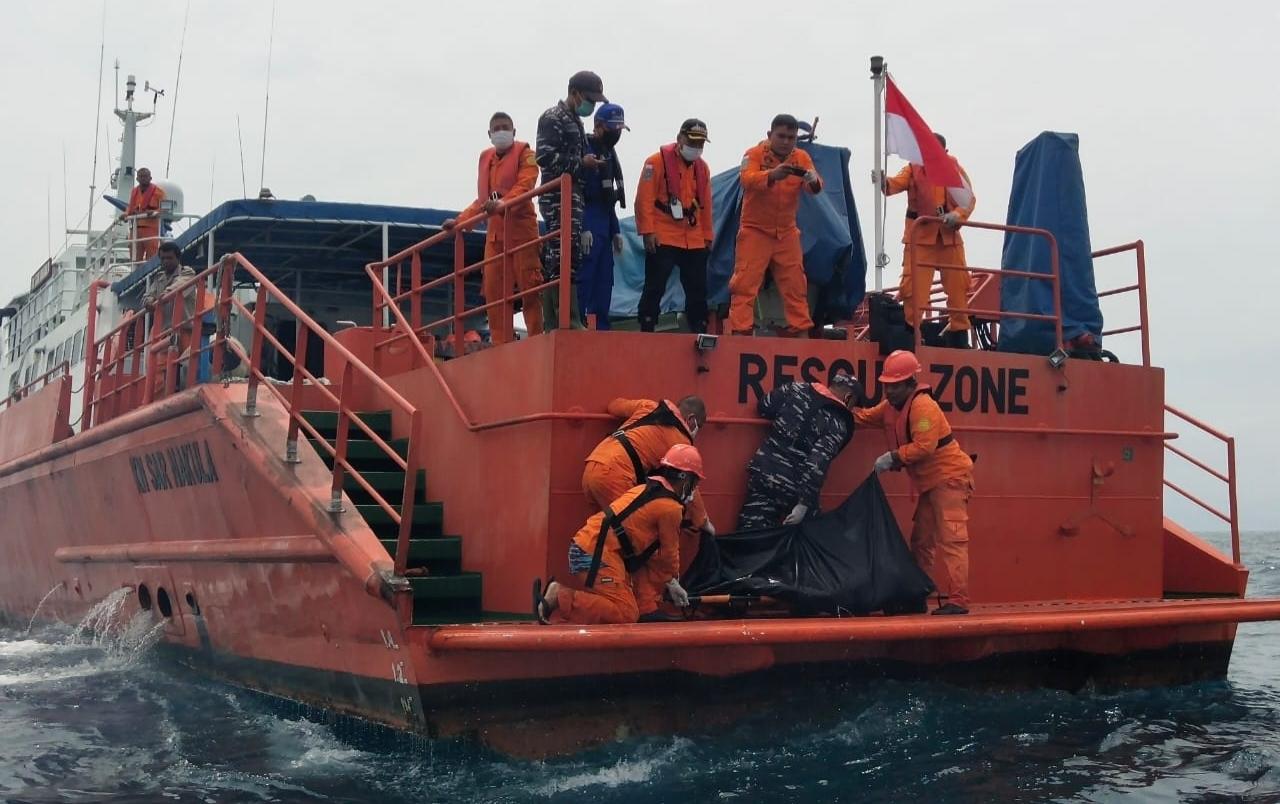 Tim SAR Gabungan saat mengevakuasi korban meninggal KM Gemilang 717 GT 02 asal Barus. Foto: Istimewa