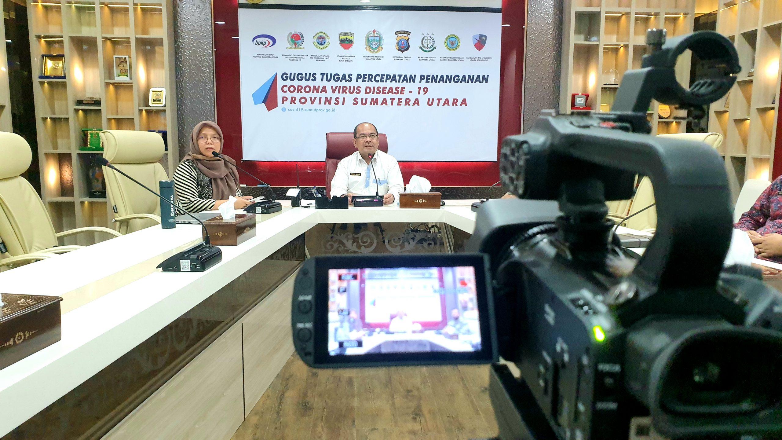 Plt Kepala Diskominfo Sumut Irman Oemar melakukan teleconference dengan kepala Diskominfo kabupaten/kota se-Sumut di ruang Smart Province. Foto: istimewa