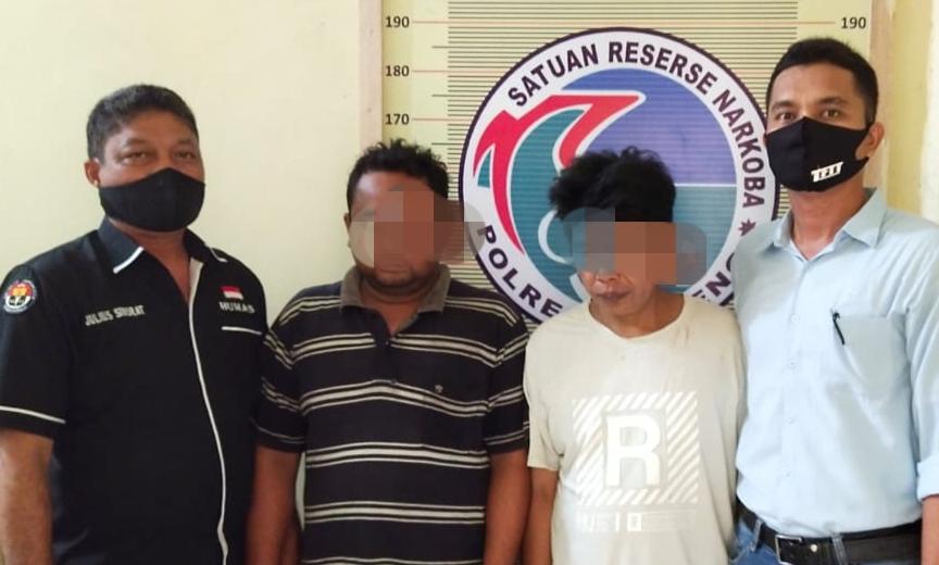 STP dan DS (tengah foto diapit), dua DPO kasus narkoba yang ditangkap Polres Tapteng. Foto: Istimewa