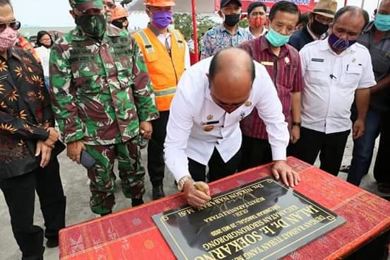 Nikson Nababan menandatangani prasasti peresmian Jalan Ir. Soekarno.Foto: Istimewa