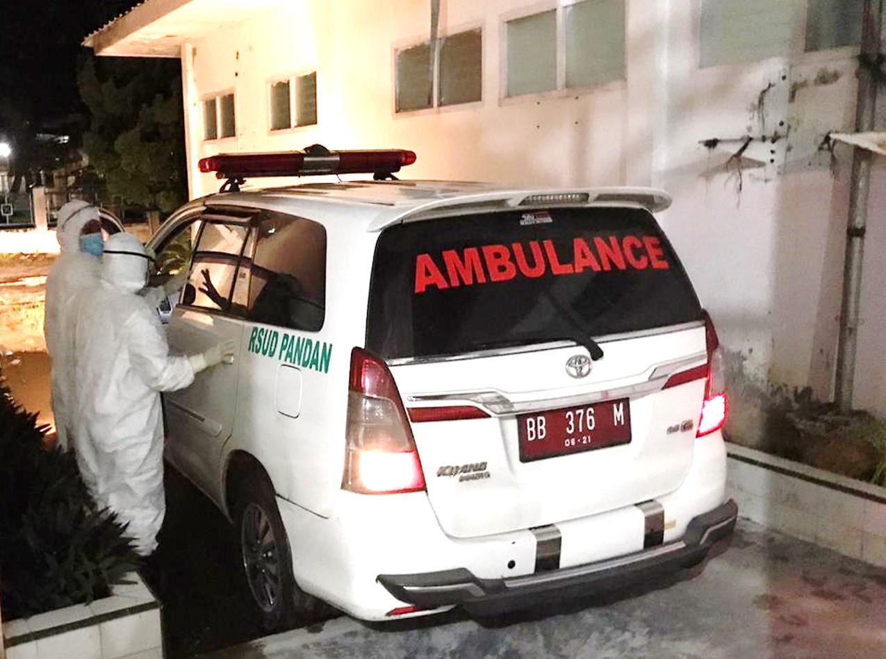 Ambulans dan petugas medis RSUD Pandan saat membawa PDP asal Tapteng ke RSUD Padangsidimpuan. Foto: Istimewa