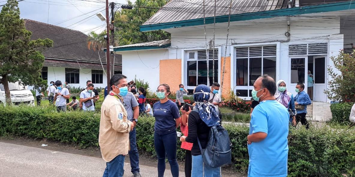 Juru Bicara Gugus Tugas Percepatan Penanganan Covid-19 Sumatera Utara yang juga Sekretaris Dinkes Sumut dr Aris Yidhariansyah (baju cream) saat berdialog dengan petugas medis di RS GL Tobing, Sabtu (2/5/2020). Foto: Istimewa