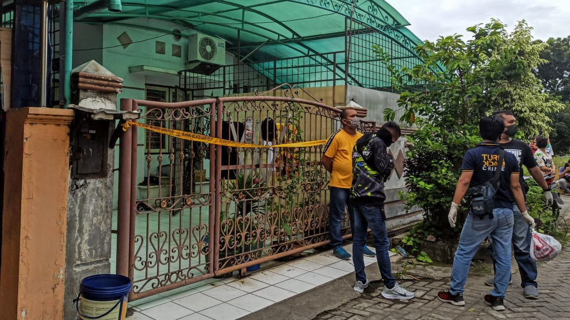 Pihak kepolisian lakukan Pra-rekonstruksi di lokasi penemuan jenazah korban pembunuhan di Jalan Duku, Komplek Perumahan Cemara Asri. Foto: Istimewa