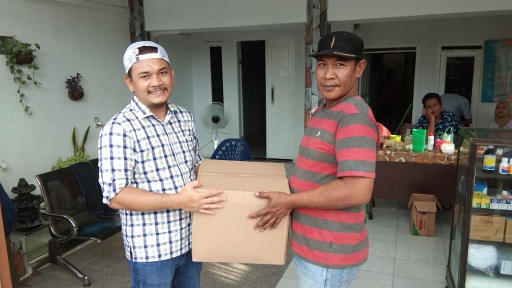 Presidium MJC, Edison Tamba menyalurkan bantuan paket sembako dari Wagub Sumut, Musa Rajekshah. Foto: Istimewa
