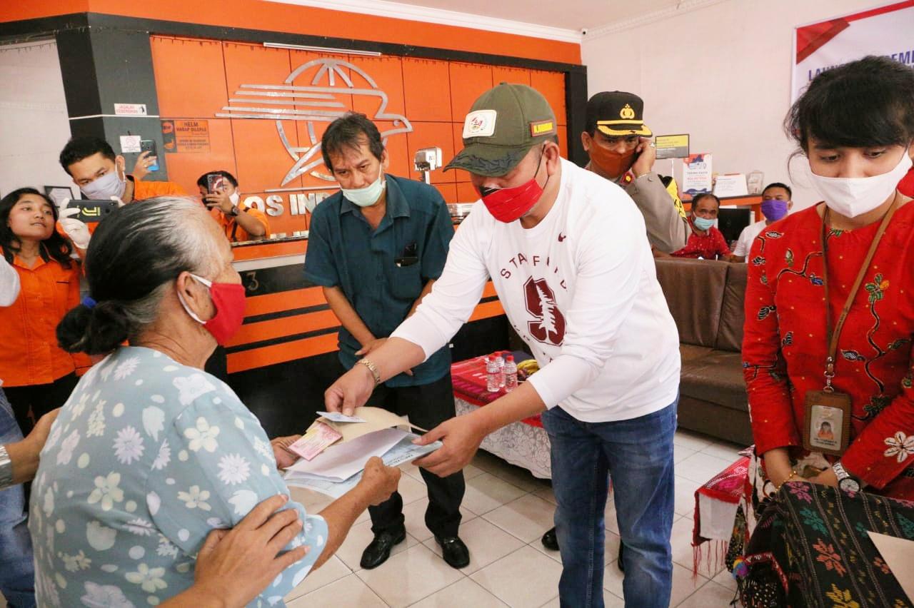 Nikson Nababan, menyerahkan Bantuan Sosial Tunai Kementerian Sosial RI di Kantor Pos Tarutung. Foto: istimewa