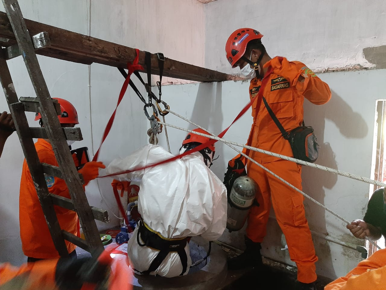 Personil saat persiapan melakukan evakuasi korban. Foto: Humas Kantor SAR Medan Sariman S. Sitorus