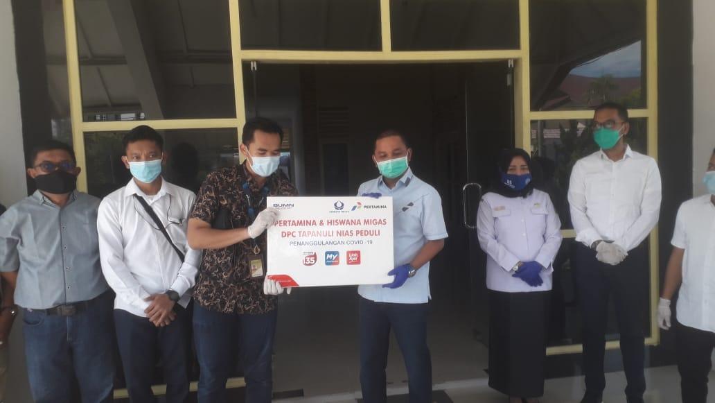 Bupati Tapteng Bakhtiar Ahmad Sibarani saat menerima bantuan APD dari Pertamina. Foto: Rakyatsumut.com