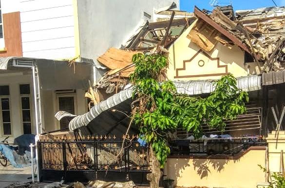 Satu unit rumah di Komplek Cemara Asri hancur setelah terdengar suara ledakan kuat. Foto: Istimewa