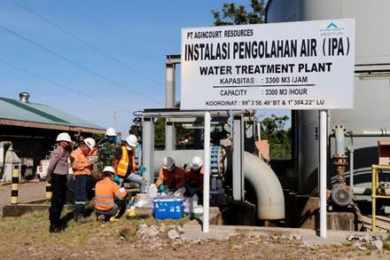 Tim Terpadu tengah melakukan kegiatan pengambilan sampel air di Instalasi Pengolahan Air (IPA), Tambang Emas Martabe. Foto: istimewa