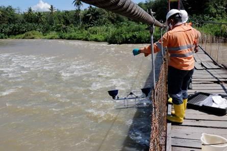 Tim Terpadu beserta Tim dari Tambang Emas Martabe tengah melakukan pemantauan dan mengambil sampel air Sungai Batangtoru. Foto: istimewa