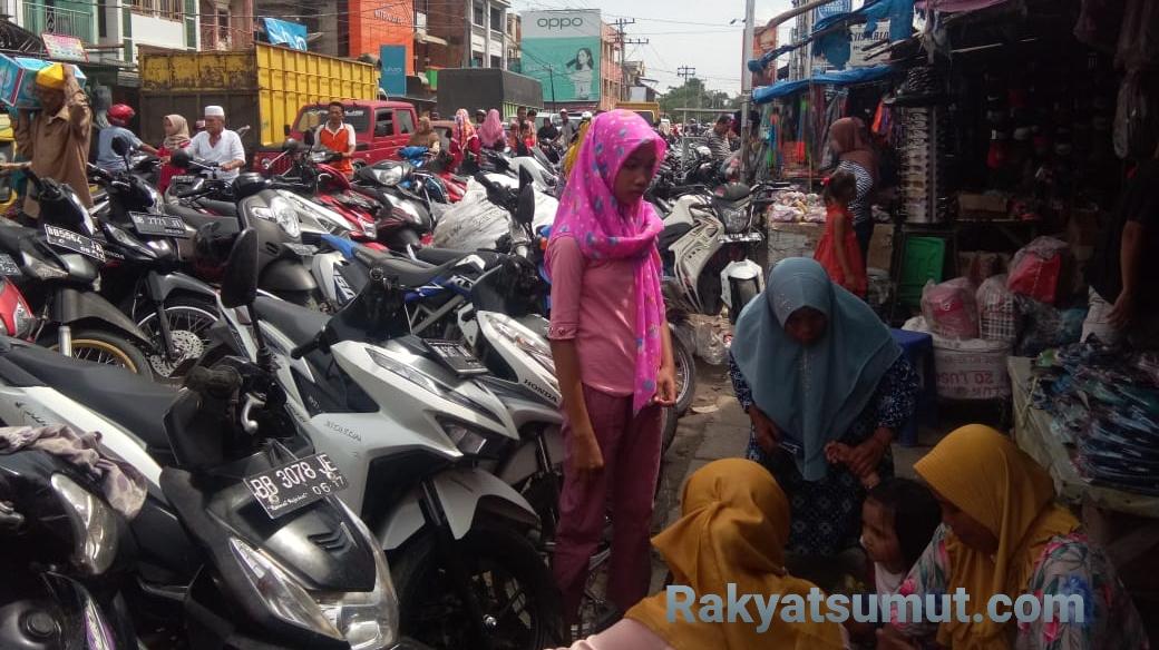 Suasana parkiran Pasar Gunung Tua dipadati kendaraan roda dua, Sabtu (16/5/2020). Foto: Rakyatsumut.com/ Rifai Dalimunthe
