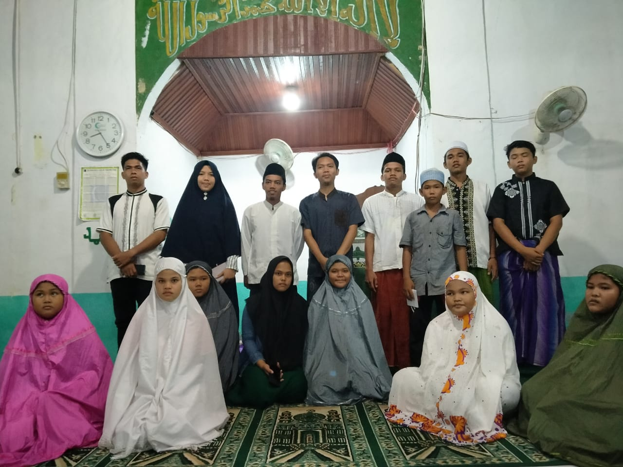 Para pengurus remaja Mesjid Nurul Huda dan Taqwa Desa Bottot foto bersama dengan anak Yatim seusai penyerahan santunan. Foto: Rakyatsumut.com/Ahmad Afip