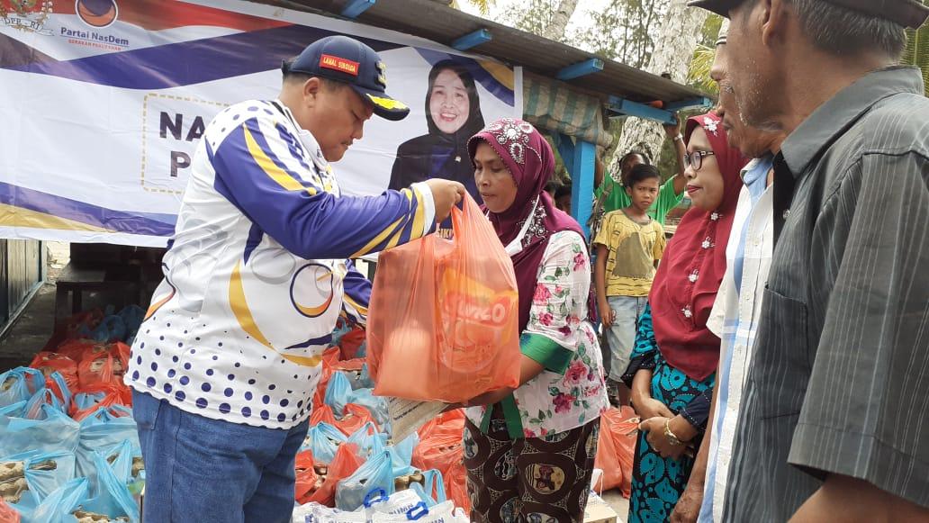 Syarfi Hutauruk saat membagikan sembako kepada masyarakat. Foto: Rakyatsumut.com/ Mirwan Tanjung