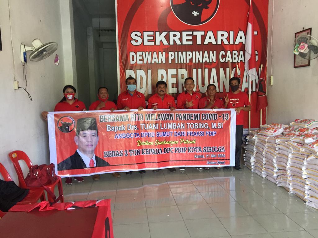 DPC PDI Perjuangan Sibolga saat menerima bantuan beras sebanyak 2 ton dari Anggota DPRD sumut, Tuani Lumbantobing. Foto: istimewa
