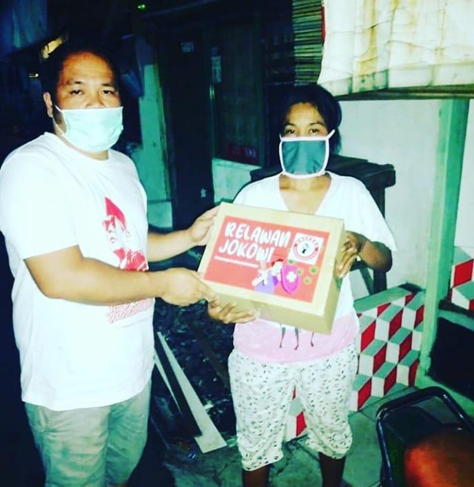 Tim dari Pospera saat membagikan beras kepada warga DKI Jakarta. Foto: istimewa