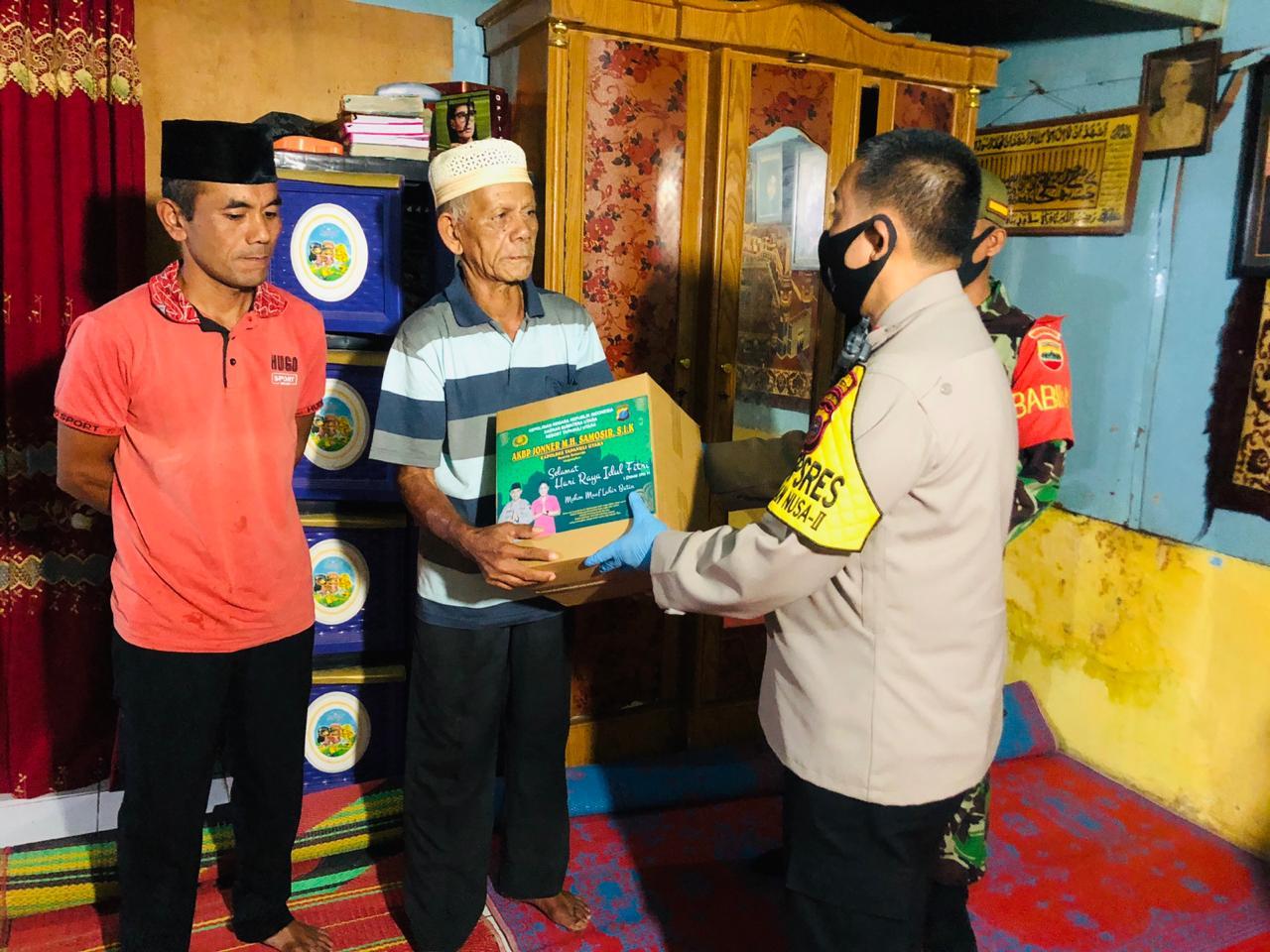 Kapolres Taput, AKBP Jonser M. H Samosir saat memberikan bantuan kepada warga. Foto: Istimewa