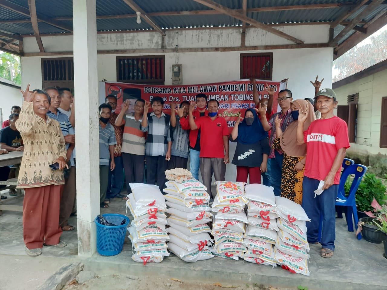 Masyarakat Tapteng saat menerima bantuan beras dari anggota DPRD Sumut, Drs Tuani Lumbantobing serta telur dari Ketua DPC PDIP Tapteng yang diserahkan pengurus partai PDIP Tapteng. Foto: istimewa