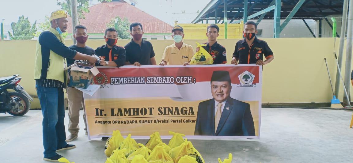 SAPMA PP Taput (baju hitam corak orange) dengan Spanduk Lamhot Sinaga. Foto: Istimewa