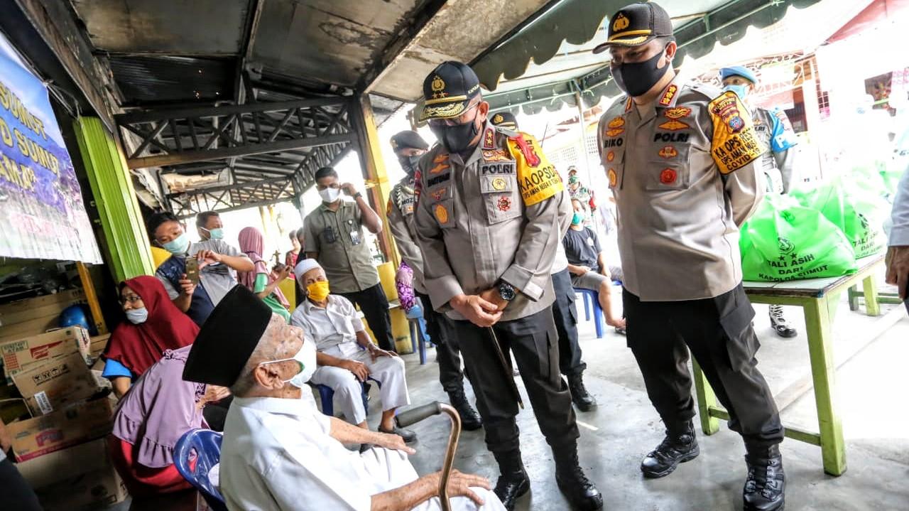 Kapolda Sumut Inspektur Jenderal Polisi Martuani Sormin menyapa salah seorang korban kebakaran di Gang Seto Medan. Foto: Istimewa
