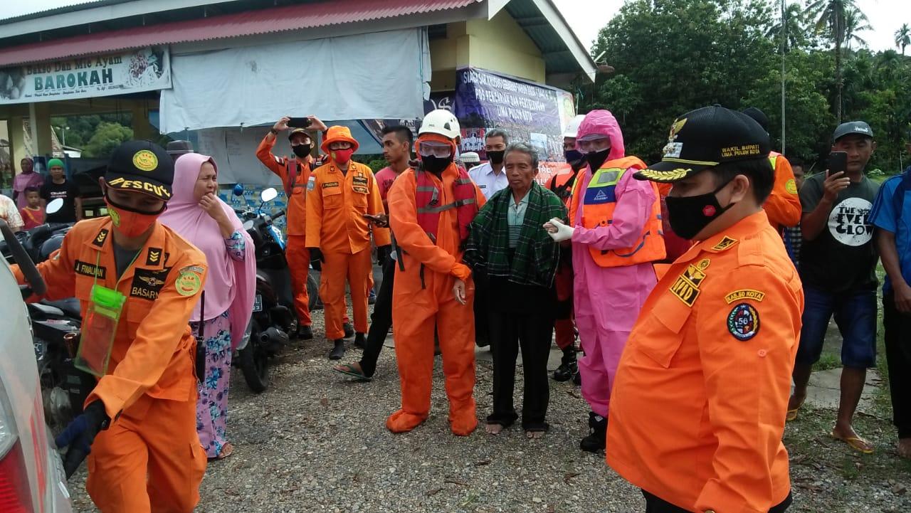 Tim SAR saat mengevakuasi AK (mengenakan sarung hijau di apit personel SAR) ke Ambulans. Foto: Istimewa