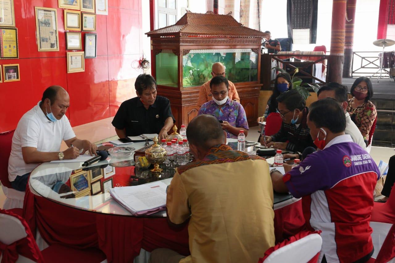 Bupati Taput Nikson Nababan saat memimpin rapat terkait percepatan dan mekanisme penyaluran Bantuan Langsung Tunai (BLT) kelurahan bersama 11 Lurah. Foto: Istimewa