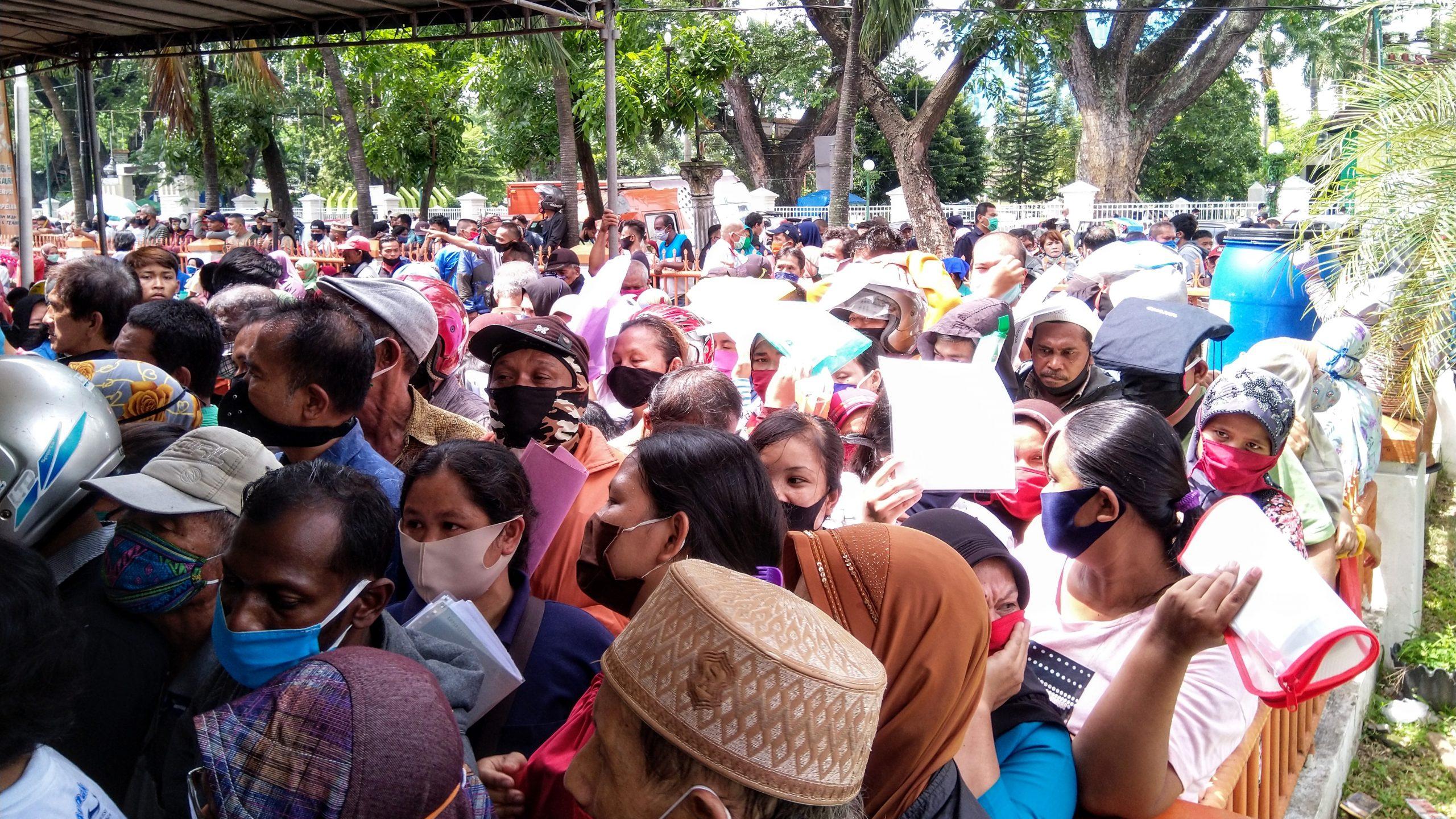 Antrean panjang penerma Bantuan Sosial Tunai (BST) di Kantor POS Medan. Foto: Rakyatsumut.com/Muklis