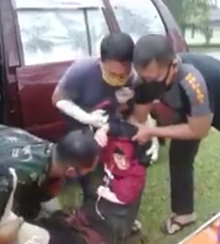 Korban saat di evakuasi. Foto: tangkaplayar
