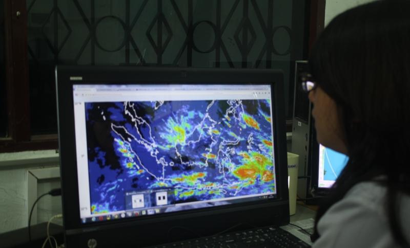 Ilustrasi seorang petugas mengamati kondisi cuaca. Foto: Rakyatsumut.com