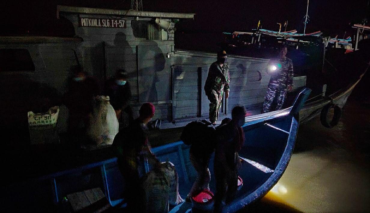 Puluhan TKI diamankan tim gabungan TNI/Polri di perairan Asahan. Foto: Istimewa