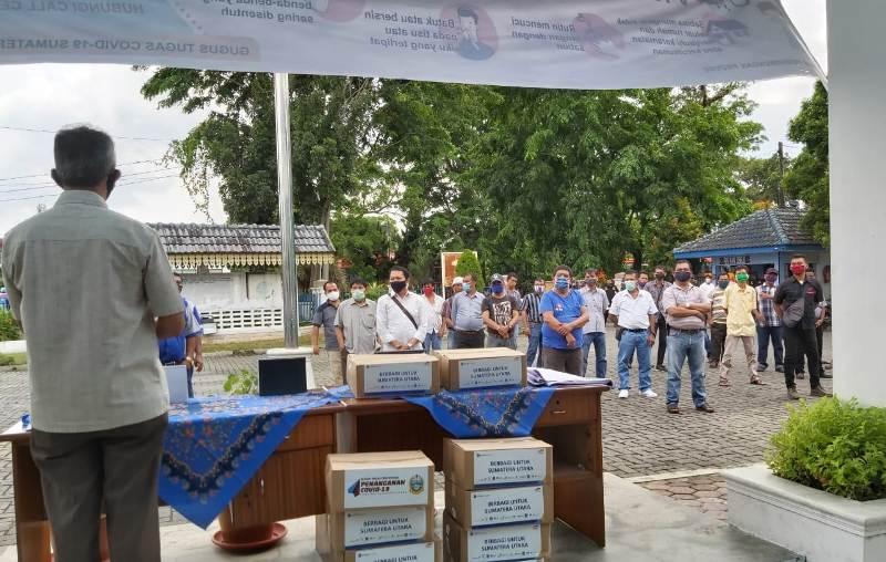Para sopir angkutan umum di Sumatera Utara saat menerima paket sembako. Foto: Istimewa
