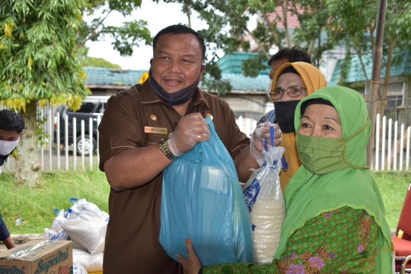 Ikatan Persatuan Sorkam (IPS) Kota Sibolga yang diketuai Anggota DPR RI Delmeria Sikumbang, menyalurkan bantuan sembako dan penyantunan sebanyak 70 anak yatim, Senin (18/5/2020). Penyaluran yang berlangsung di Gedung Nasional tersebut, sembako yang diberikan sebanyak 1.500 paket, terdiri dari Beras, Gula, Minyak Goreng, Telur. Bantuan tersebut diperuntukkan kepada Guru Madrasah, Guru TPQ, Guru PAI, Muslimat NU, Aisyiah, Al-Wasliyah, Bintang dan Penyuluh Kristiani. Wali Kota Sibolga, Syarfi Hutauruk hadir dan memberikan sambutan serta turut menyalurkan bantuan tersebut. Foto: Istimewa