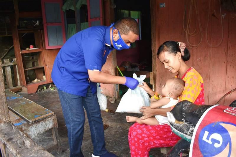 DPD Partai NasDem Tapanuli Tengah, Sumatera Utara, menyalurkan paket sembako kepada masyarakat di Kelurahan Muara Nibung, Kecamatan Pandan, Senin (18/5/2020). Ketua DPD NasDem Tapteng Bakhtiar Ahmad Sibarani, didampingi sejumlah elit partai menyalurkan langsung bantuan tersebut. Bantuan sembako itu berjumlah 3 ribu paket. Berasal dari Himpunan BUMN yang diprakarsai anggota DPR RI Fraksi NasDem Martin Manurung seribu paket, dari DPD NasDem Tapteng seribu paket dan bantuan pribadi Martin Manurung seribu paket. Foto: Istimewa