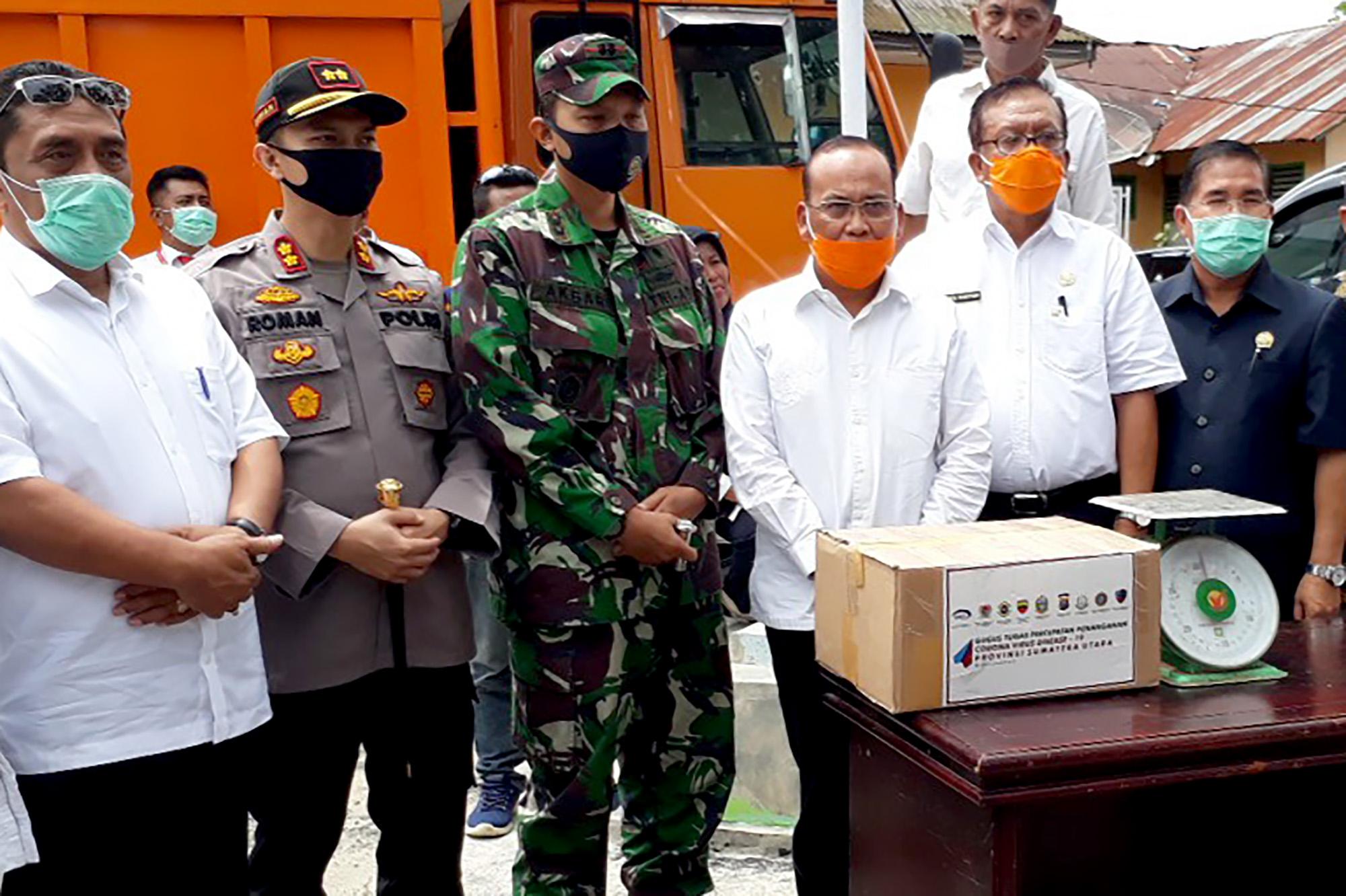 Kepala Dinas Tanaman Pangan dan Holtikultura Sumut Dahler menyerahkan secara simbolis bantuan sembako kepada Sekretaris Daerah Kabupaten Tapsel Parulian Nasution. Foto: istimewa