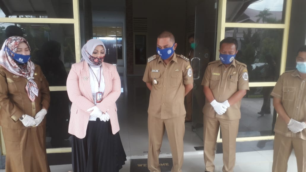 Kepala Kantor Perwakilan BI Sibolga Suti Masriani Nasution saat menyerahkan bantuan APD ke Pemkab Tapteng. Foto: Rakyatsumut.com