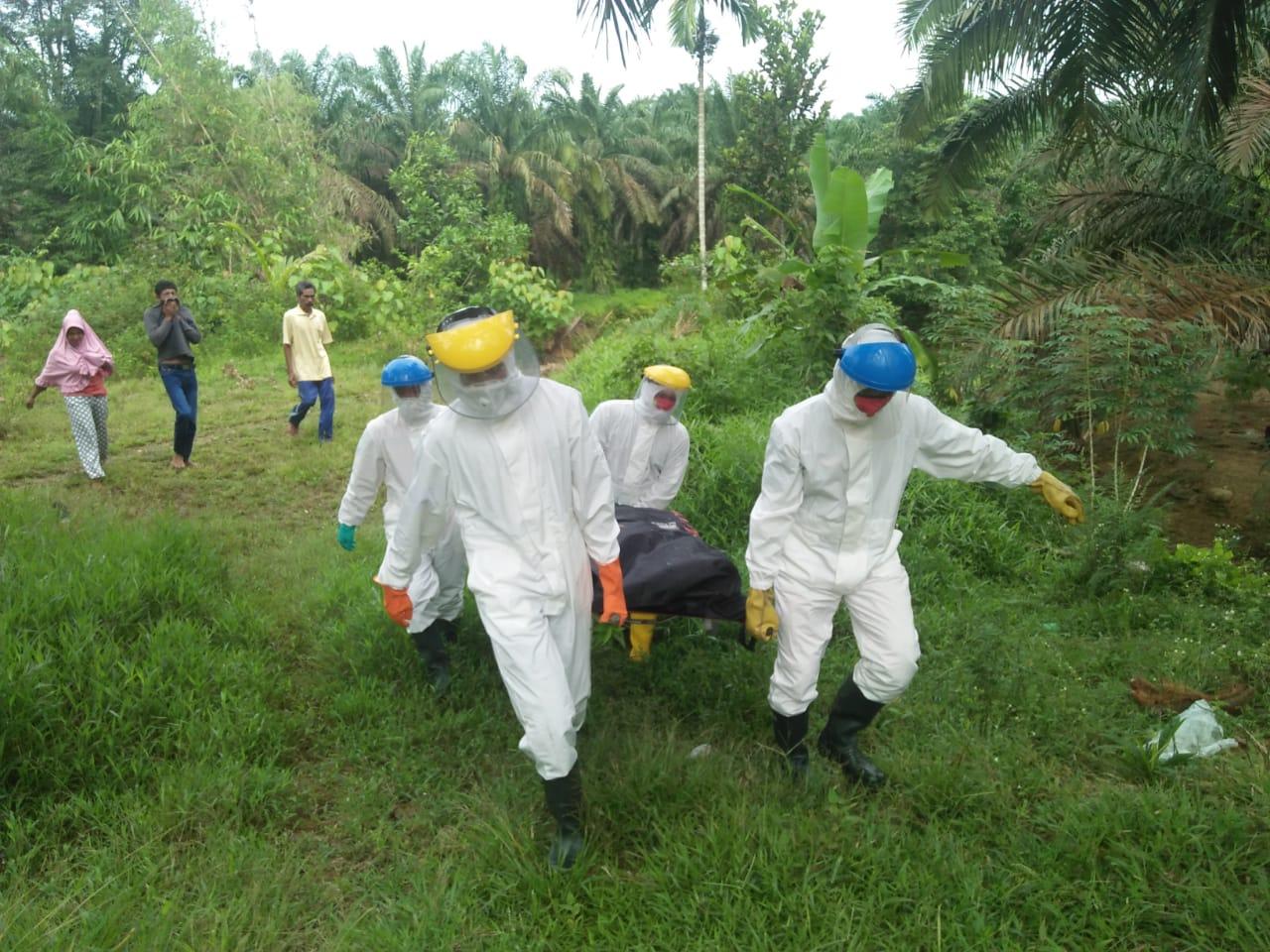Tim SAR dengan protokol covid-19 saat mengevakuasi warga Pasaman Barat yang ditemukan meninggal dunia pasca dilaporkan hilang tiga hari. Foto: Istimewa