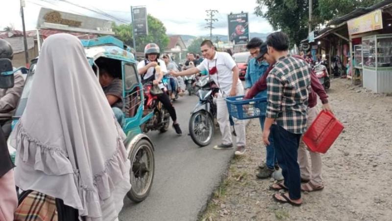 IAS Plus Sipirok Regional Padang Lawas bagikan masker dan takjil. Foto: Rakyatsumut.com/ Rifai Dalimunthe