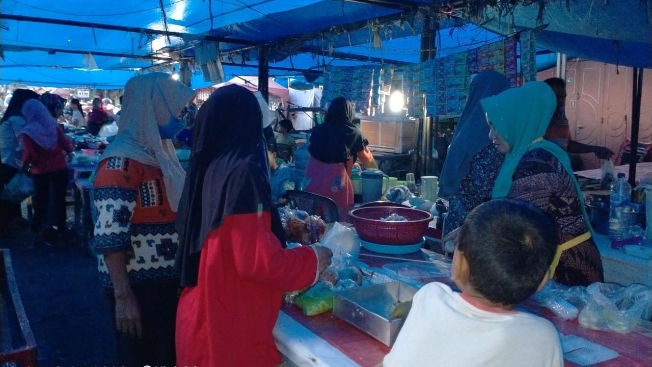 Suasana deretan penjual menu bukaan puasa di Pasar Gunung Tua. Foto: Rakyatsumut.com/ Rifai Dalimunthe