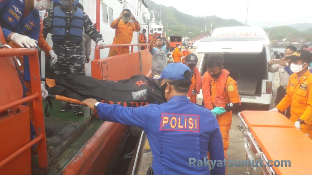 Tim SAR gabungan saat mengevakuasi jenazah korban KM Gemilang 717 dari kapal KN SAR Nakula ke Ambulans. Foto: Rakyatsumut.com/ Damai Mendrofa