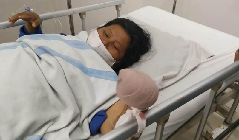 Korban perampokan, ES, saat menjalani perawatan di Rumah Sakit Murni Teguh, Medan. Foto: Istimewa