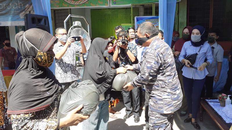 Danlanal Sibolga Letkol Simaremare saat membagikan paket pasar murah kepada warga. Foto: Rakyatsumut.com/ Mirwan Tanjung