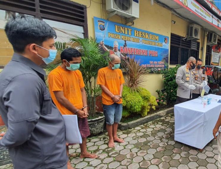 Dua pelaku tindak pidana pencurian pagar Lapangan Merdeka Medan saat pemaparan kasus di Mapolrestabes Medan. Foto: Istimewa