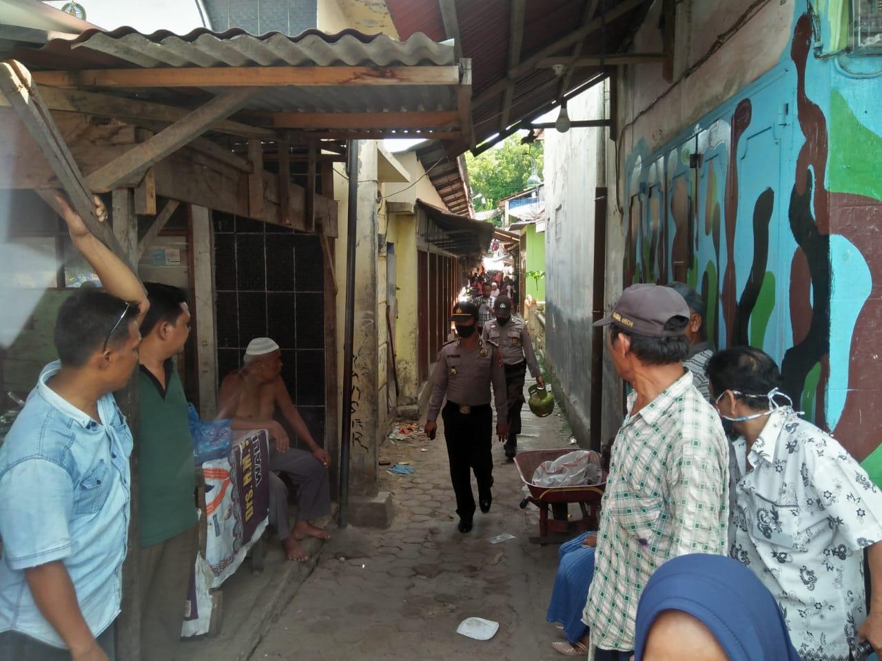 Dua personel polisi saat mendatangi lokasi kejadian remaja terbakar. Foto: Rakyatsumut.com/ Rommi Pasaribu