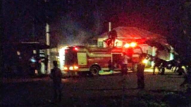 Satu unit mobil pemadam kebakaran berupaya memadamkan api di rumah warga yang terbakar akibat bentrokan dua kelompok warga di Kabupaten Tapanuli Selatan. Foto: Istimewa