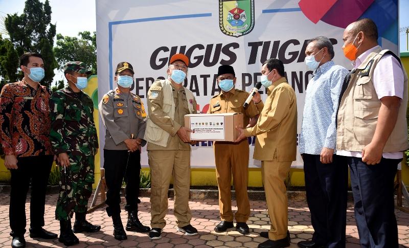 Penyerahan paket sembako JPS Kemensos di Kabupaten Serdangbedagai. Foto: Istimewa