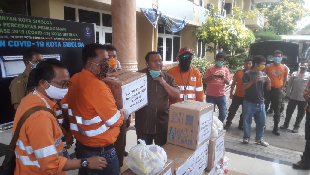 Wali Kota Sibolga M Syarfi Hutauruk saat menerima bantuan dari PT Agincourt Resources. Foto: Rakyatsumut.com/ Damai Mendrofa