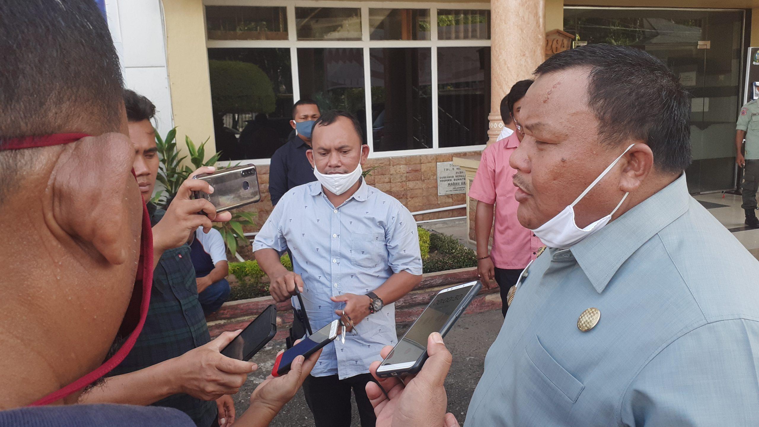 Wali Kota Sibolga HM Syarfi Hutauruk saat diwawancarai awak media di halaman kantornya. Foto: Rakyatsumut.com/ Mirwan Tanjung