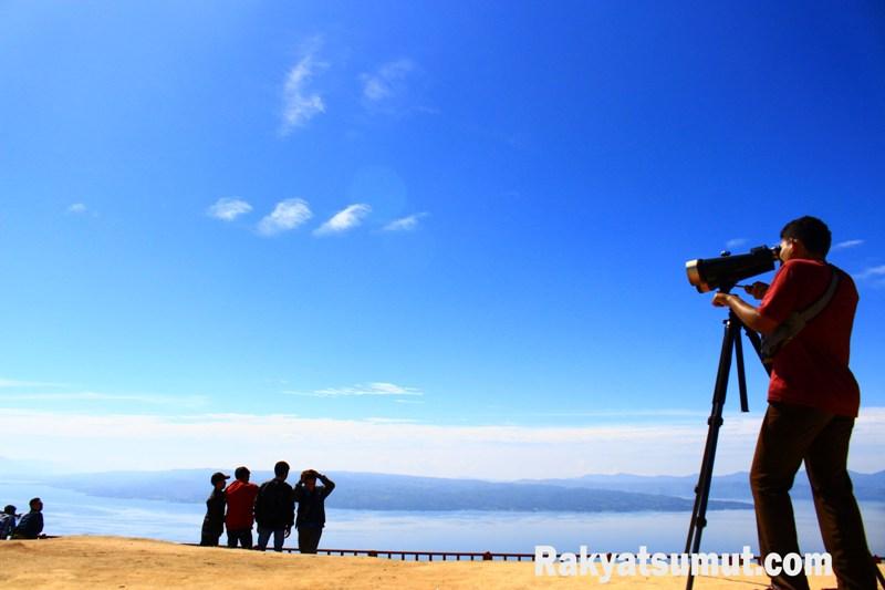 Seorang pengunjung menikmati pesona Danau Toba dari Huta Ginjang di Tapanuli Utara. Foto: Rakyatsumut.com/ Damai Mendrofa